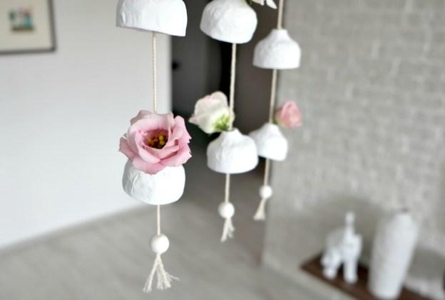 Ветряные колокольчики, украшенные цветами