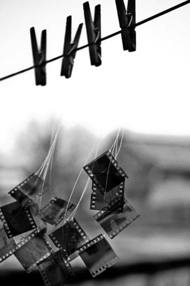 Кусочки фотопленки на прищепках