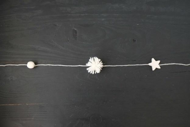 Гирлянда из помпонов, звезд и бусин