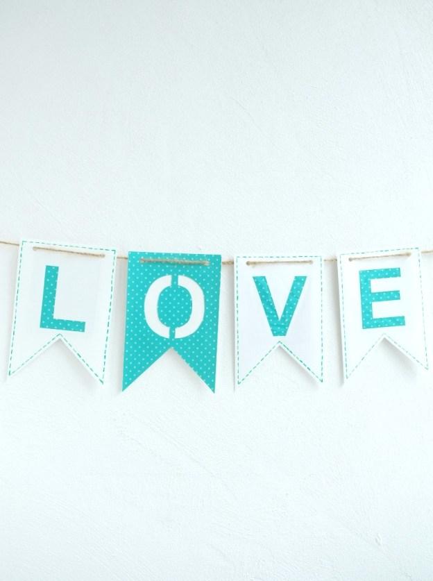 Фото: Бумажные флажки со словом LOVE