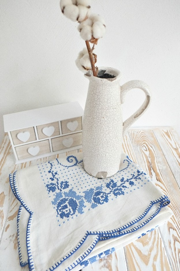 ВЫшитая скатерть и ваза - фото