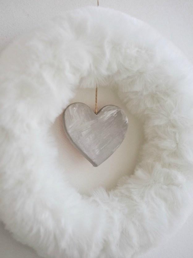 Венок из меха с сердцем