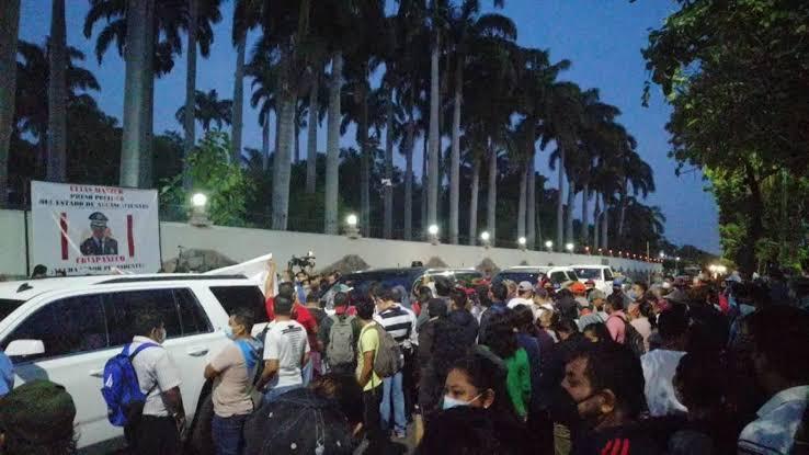 Impiden a AMLO el paso y empieza la mañanera sin el presidente en Chiapas
