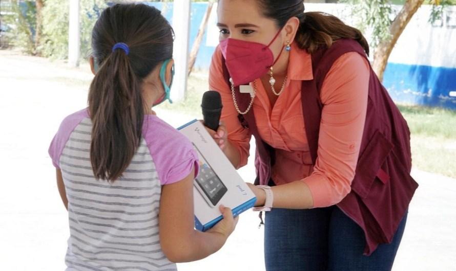 Entgrega diputada Alejandra Ang Hernandez tabletas digitales a 74 estudiantes como parte de su compromiso social con BC