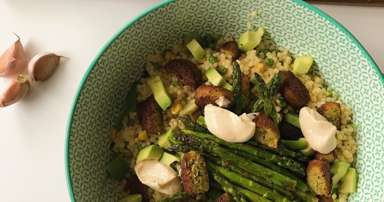 Parel couscous salade met falafel en hummus