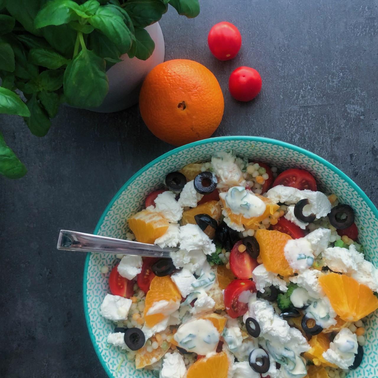 Parelcouscous salade met geitenkaas en sinaasappel