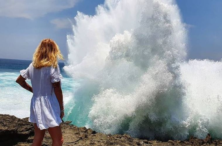 C:\Users\coach\Desktop\Nusa Lembongan Devil's Tears claimed another tourist from China who was hit by a wave and fell into the sea while taking a selfie.jpg