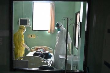 doctors treat covid