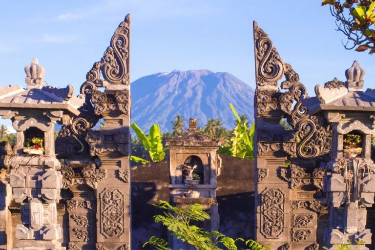 do dress respectfully at temples in Bali