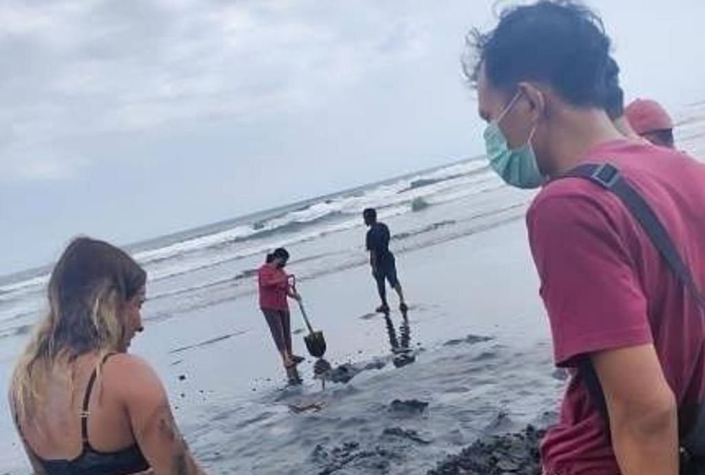 locals help tourist search for phone