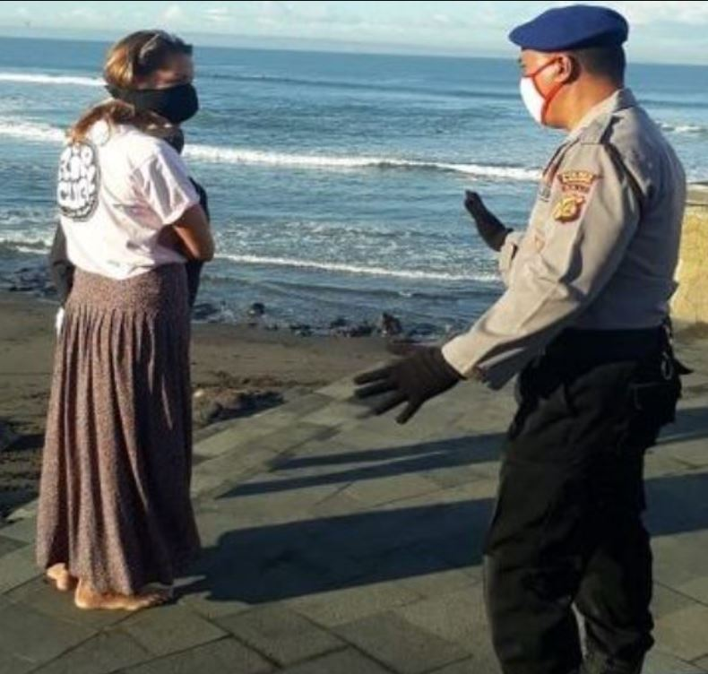 Bali police enforce mask use on beach