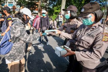 Bali Police Hand Out Free Masks Instead Of Fines In Denpasar