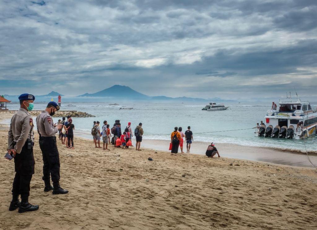 police ensure health protocols at fast boats to nusa penida