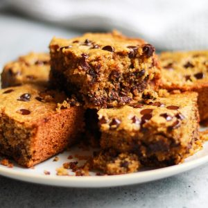 Chocolate Chip Cookie Bars | This gluten-free dessert recipe is a dream come true for chocolate chip cookie lovers, especially if you're also trying to eat healthy and stick to healthy desserts. | The Banana Diaries #thebananadiaries #glutenfree #refinedsugarfree #glutenfreedessert #chocolatechipcookies #chocolatechip #healthydessert