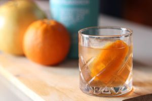 old_fashioned_cocktail_in_tumbler_garnished_with_orange