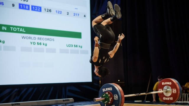 Andrew Cheung does backflip after successful lift