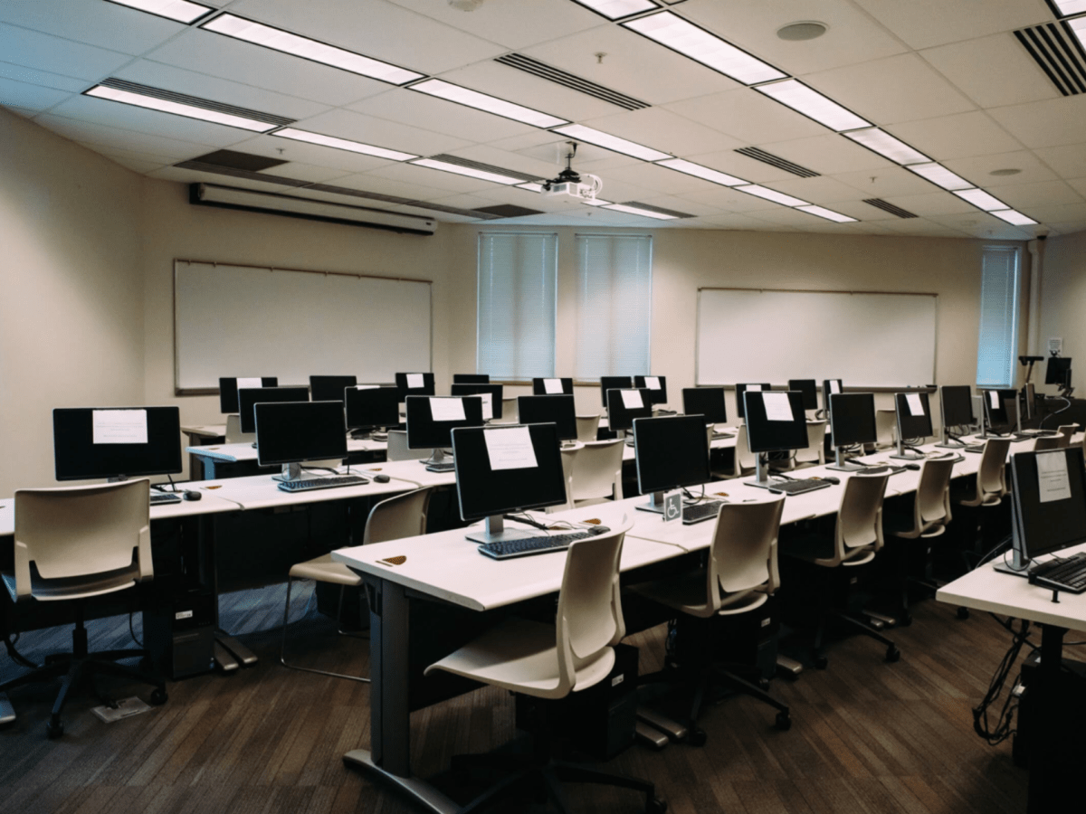 Empty computer lab in UMKC. (Chase Castor/The Beacon)