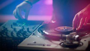 dj mixes the beat chicago