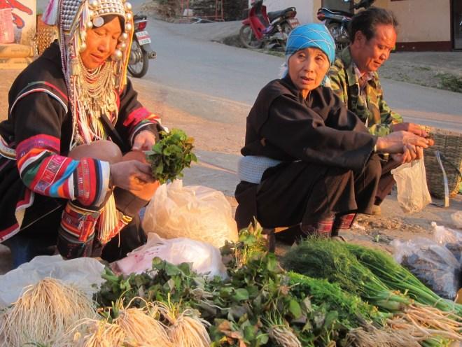 Les habitants des tribus Akha et Lisu viennent par fois à pieds de loin pour vendre leur récolte au marché de Mae Salong.