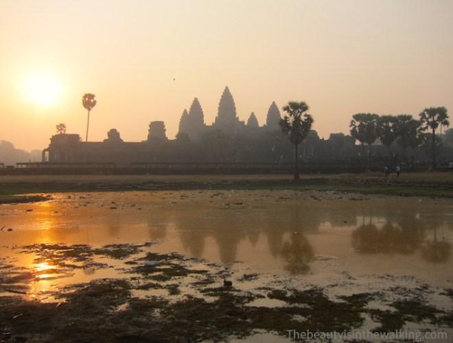 Le lever de soleil sur Angkor Wat ; il est 6 heures.
