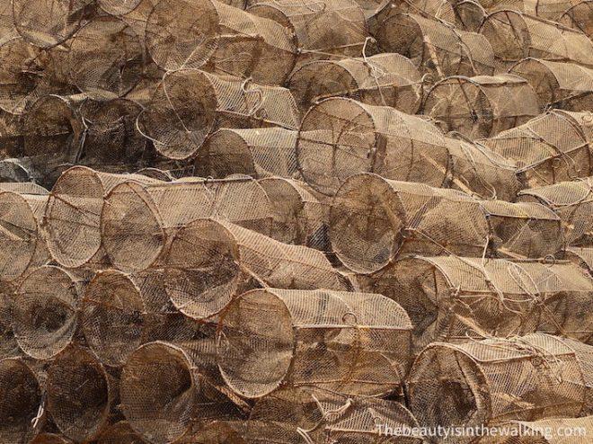 Des centaines de pièges à crevettes sont entreposés sous les maisons. Lac Tonlé Sap, Kampong Khleang, Cambodge.