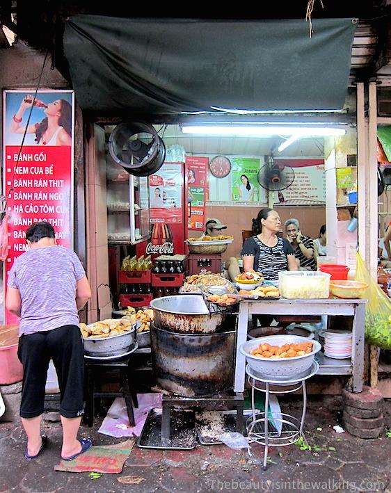 Au 52 de la rue Lý Quốc Sư, le petit restaurant à gauche du temple où l'on peut manger bánh Gối (chaussons fourrés), nems, dumplings...