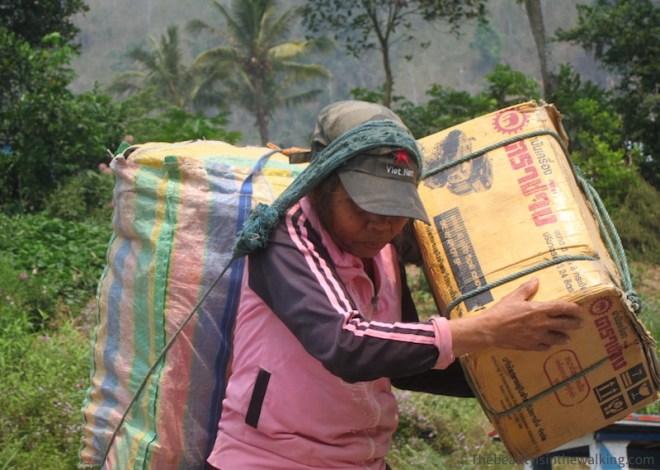 Femme portant des marchandises - Nong Kiaew, Laos