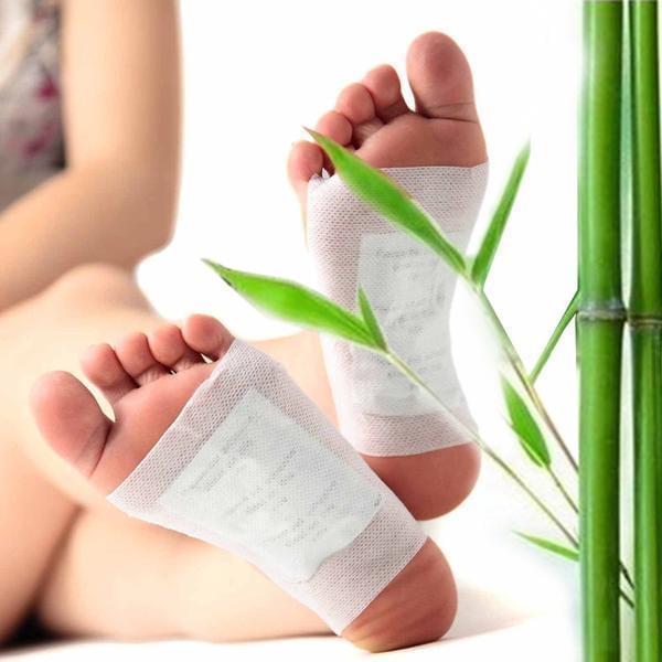 Adesivo de desintoxicação para os pés na cor branca nos pés de uma mulher - The best acessórios