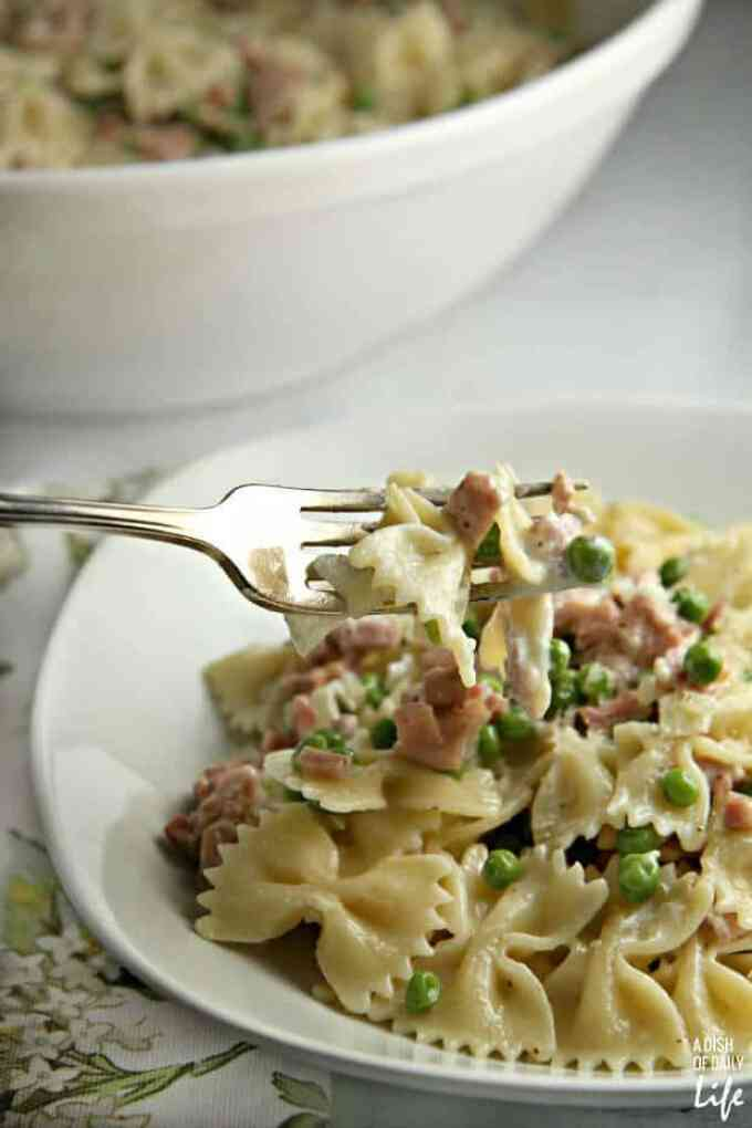 CREAMY PASTA WITH HAM AND PEAS -- You can whip this up in 25 minutes from start to finish — perfect for busy weeknights! |Featured on www.thebestblogrecipes.com