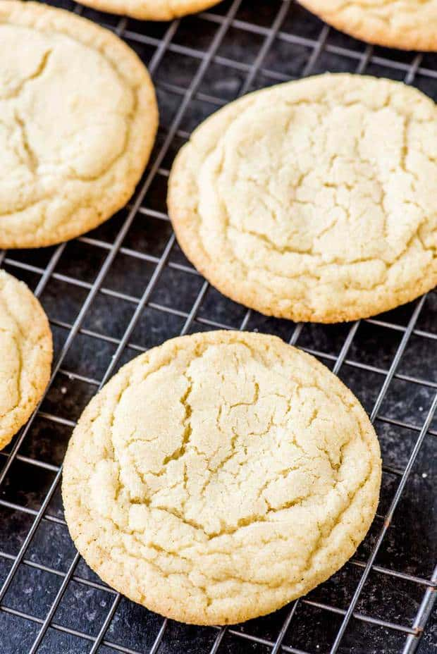 BiThe perfect soft and chewy sugar cookies: just the right amount of softness with a tiny bit chewiness and a buttery vanilla taste.