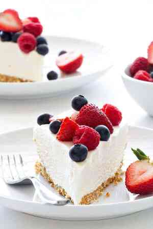 no-bake-frozen-cheesecake-with-berries (1)