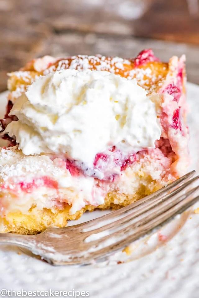 strawberry lemonade gooey butter cake on a plate