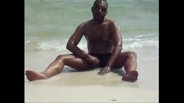 Negão de pau duro na praia