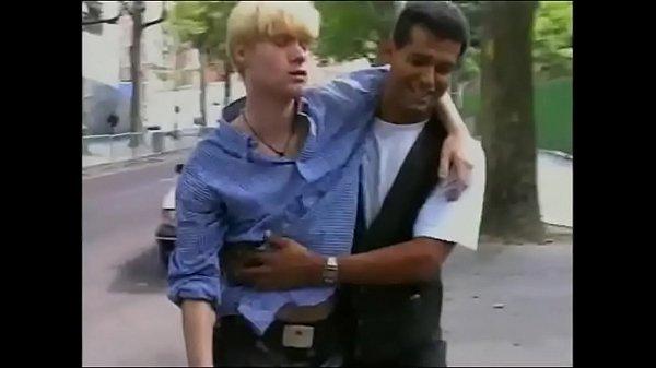 Taxista abusando do passageiro dormindo bêbado