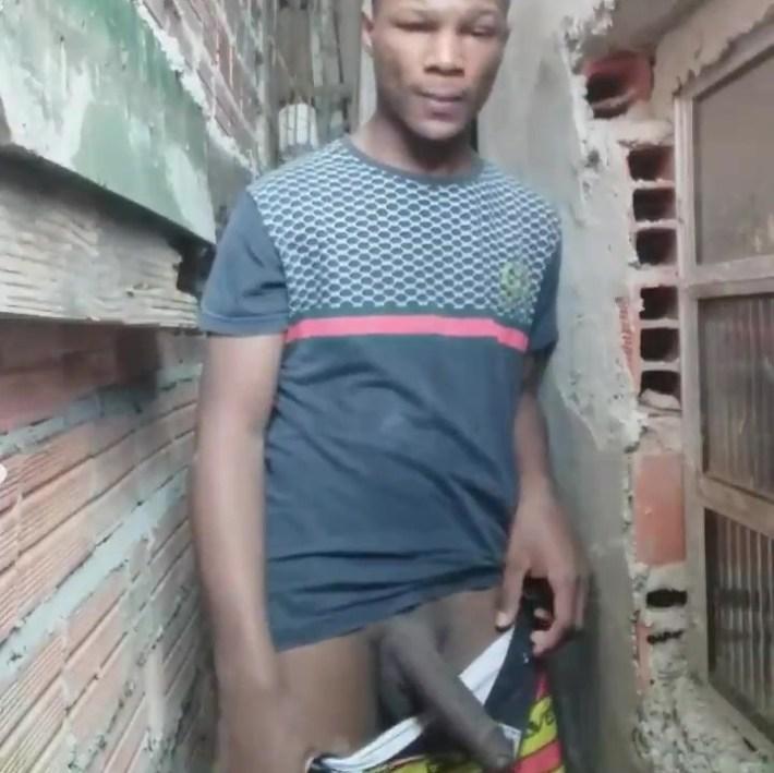 Garoto da favela batendo punheta no beco