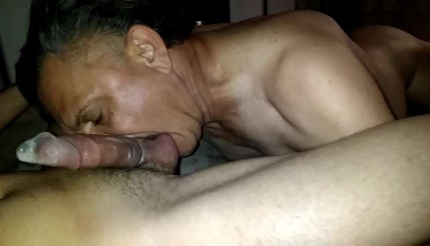 Tiozão mamando novinho