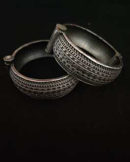 Round Kada with handcrafted design