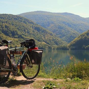 Brief lakeside picnic stop en route to Jajce.