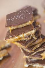 Healthy No Bake Salted Caramel Slice- This no bake recipe is a #healthy twist on the classic- High in fiber, #glutenfree #vegan and #flourless! -thebigmansworld.com @thebigmansworld.com