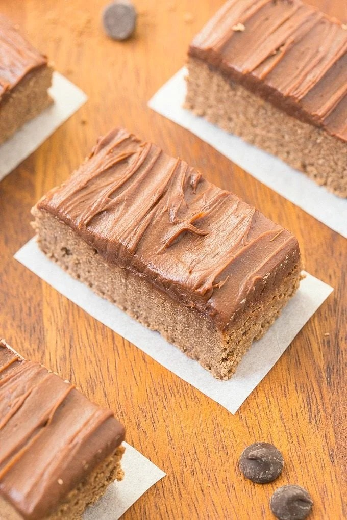 Healthy No Bake Chocolate Fudge Protein Bars- These taste like dessert but are SO easy and healthy- NO nasties and completely sugar AND grain free! {vegan, gluten free, paleo recipe}- thebigmansworld.com
