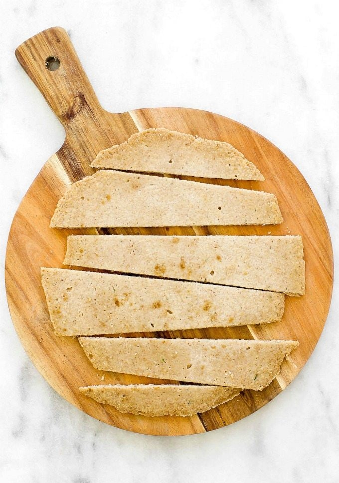 EASY and healthy TWO Ingredient Flourless Flatbreads (or pizza bases!)- Yeast free and based off oatmeal, this easy and delicious 2 ingredient flatbreads are versatile and can be sweet or savory! There is a tested paleo option too! {vegan, gluten free, dairy free recipe}- thebigmansworld.com