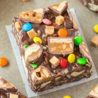 Gluten Free Candy Crunch Bars (Vegan, Dairy Free) is the perfect use of leftover Halloween candy or party chocolate bars and sweets! Customizable, versatile and ready in minutes, this fool-proof no bake bar recipe is the perfect snack or dessert! {v, gf, df recipe}- thebigmansworld.com