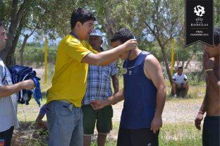 El organizador entregando medallas