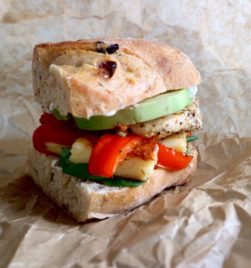 Sandwich mit Huhn, Paprika, Avocado, Frischkäsecreme, Grillkäse und Feldsalat