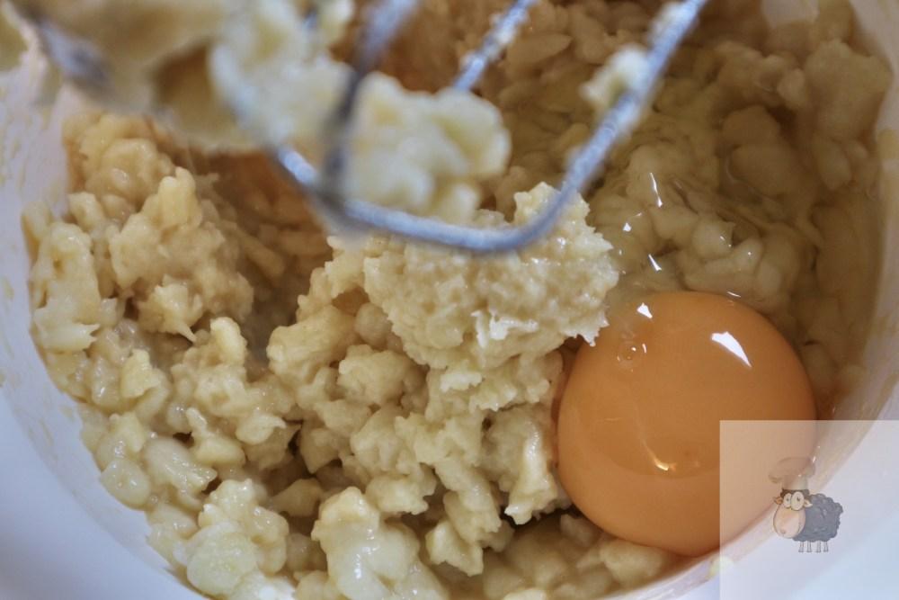 Eier einzeln unter den Brandteig rühren
