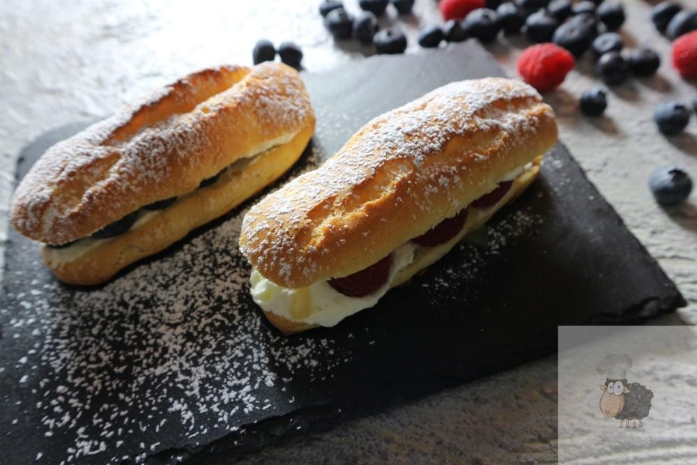 Eclairs mit Sahne, frischem Obst und Karamellcreme