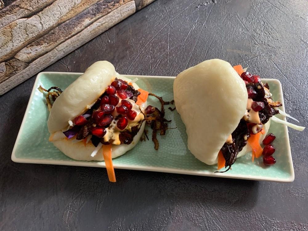 Asia Burger mit Chili-Mayonnaise, marinierten Rindersteakstreifen, Kohl, Möhren, Röstzwiebel und Granatapfelkernen