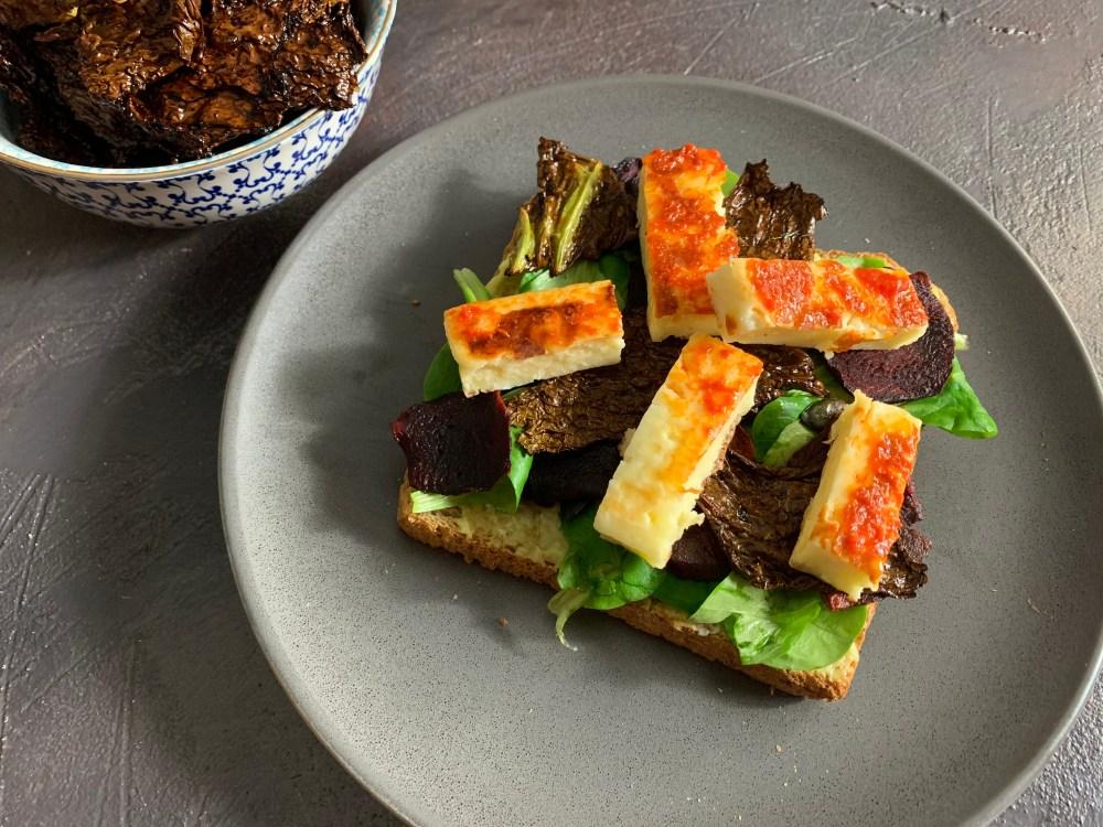 Sandwich mit zweierlei Aufstrich, Grillkäse, Rote Beete, Wirsing Chips und Salat