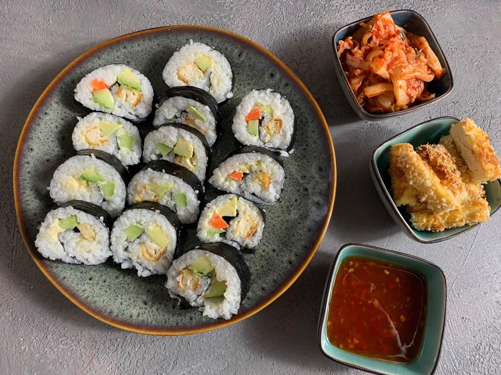 Veggie Sushi mit Tofu, Avocado, Gurke und Möhre. Dazu mehr Knuspertofu, Kimchi und Chilisosse