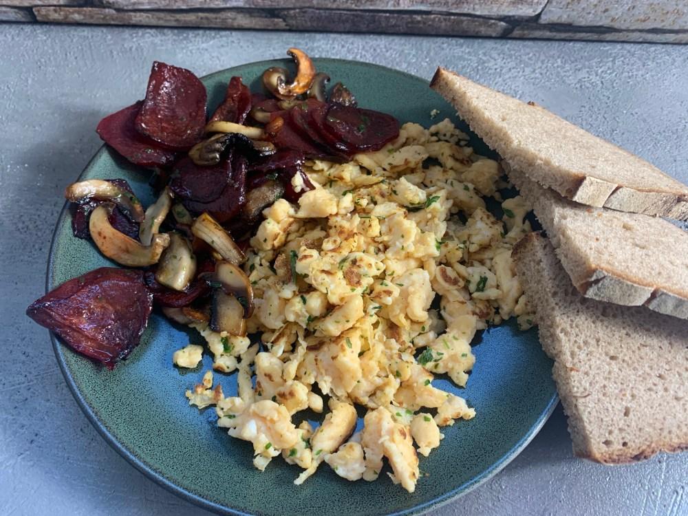 Rührei mit Rote Beete und Pilzen aus dem Ofen